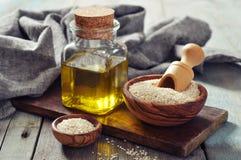 芝麻籽和油 免版税库存照片