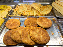 芝麻籽蛋糕和被烘烤的薄煎饼 免版税库存图片