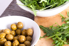 芝麻菜和橄榄 免版税图库摄影