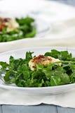 芝麻菜沙拉用油煎的山羊乳干酪 免版税库存图片