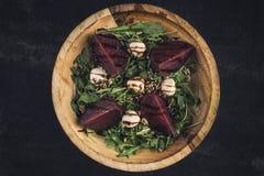 芝麻菜沙拉用甜菜根和无盐干酪 库存照片