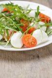 从芝麻菜蕃茄和婴孩无盐干酪的沙拉 免版税库存图片