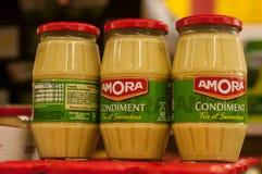 芥末罐Amora法国品牌特写镜头在超级市场 库存图片