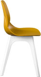 芥末颜色塑料椅子,现代设计师 在白色背景隔绝的椅子 家具例证内部向量 免版税库存图片