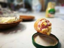 芥末香肠 在葡萄酒生动的颜色的艺术性的神色 库存照片