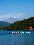 芦之湖和富士山 免版税库存照片