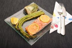 芦笋、朝鲜蓟和三文鱼盘 库存照片