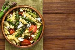 芦笋、蕃茄、青纹干酪和意大利面制色拉 库存照片