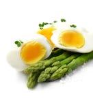 芦笋和煮沸的鸡蛋 免版税库存照片