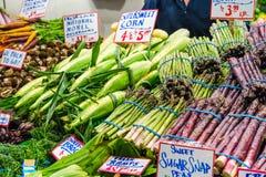 芦笋和玉米待售 库存照片