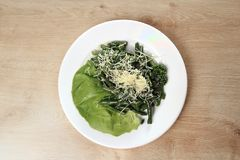 芦笋和莴苣开胃菜在一块白色板材在木背景 图库摄影