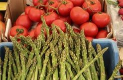 芦笋和蕃茄在其中一个农夫市场在罗马,它 图库摄影