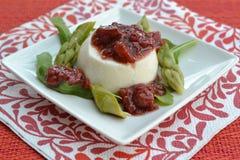 芦笋奶油甜点用草莓酸辣调味品 免版税库存图片