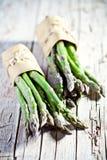 芦笋是被认为新鲜的末端的束冠上蔬菜 免版税库存照片
