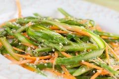 芦笋沙拉用红萝卜和大麻籽 免版税库存照片