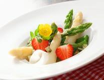 芦笋沙拉草莓 免版税图库摄影