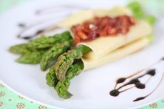 芦笋烤碎肉卷子 免版税库存图片