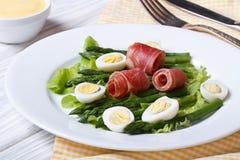 芦笋用煮沸的鸡蛋和火腿特写镜头 免版税库存图片