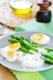芦笋用煮沸的鸡蛋 免版税库存照片