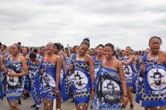 芦苇节里德舞蹈仪式,每年传统全国礼拜式,一八天庆祝,有大刀子的年轻处女女孩 库存图片