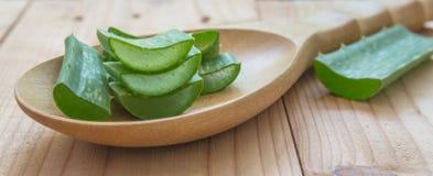 芦荟在木桌上的维拉胶凝体 图库摄影