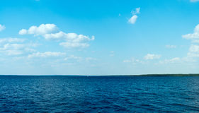 芬兰夏天湖全景 免版税库存图片