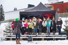 芬兰女孩唱诗班在圣诞节市场唱歌 库存照片