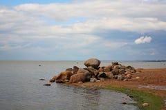 芬兰湾,圣彼德堡手段 在一个海角的石头在海滩在度假区 免版税库存照片