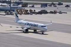 芬兰航空公司乘出租车的巴西航空工业公司erj190装门在维也纳机场 库存照片