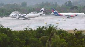 芬兰航空公司空中客车A330-300和AsurAir离开用不同的方向在机场 影视素材