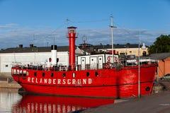 芬兰,赫尔辛基- 2011年6月15日:在码头的明亮的红色灯塔船Relandersgrund在赫尔辛基 免版税库存照片