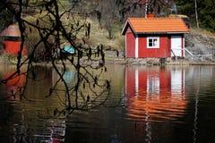 芬兰:由一个镇静湖的蒸汽浴 库存照片