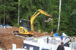 芬兰:降低压紧机的挖掘机 免版税库存照片