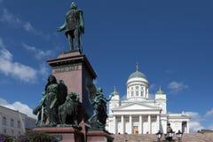 芬兰 赫尔辛基 大教堂中心城市芬兰赫尔辛基路德教会的参议院正方形 对亚历山大的纪念碑II 免版税库存图片
