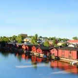 芬兰porvoo 河沿的老木红色房子 库存照片