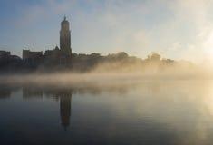 代芬特尔Ijssel和雾 库存照片