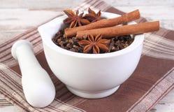 芬芳丁香、茴香和桂香在灰浆在土气委员会 免版税库存图片