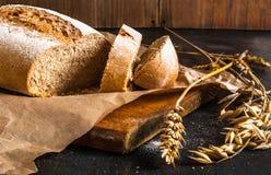 芬芳刚出炉的黑麦面包 免版税库存图片