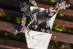 芬芳精美开花的淡紫色花束在纸包裹的在一个长木凳在巴黎在自然本底的法国 库存图片