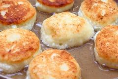 芬芳红润金黄与一个棕色外壳新近地烹调了糖浆curdscheesecake用的草莓酱和滚烫的酸性稀奶油 免版税库存图片