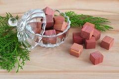 芬芳衣橱清凉剂立方体由在一个水晶碗的自然铅笔柏木头有盒盖的和少量绿色柏小树枝做成在a 库存图片