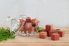 芬芳衣橱清凉剂立方体由在一个水晶碗的自然铅笔柏木头有盒盖的和少量绿色柏小树枝做成在a 免版税库存图片