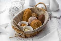 芬芳面包和小圆面包在篮子 免版税库存图片