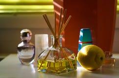 芬芳diffusor玻璃用在给柠檬的自然气味香水flacons之间的芦苇棍子 免版税库存照片