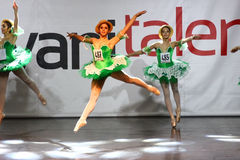 芭蕾和当代舞蹈竞争 库存照片