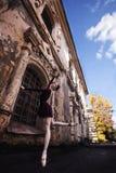 芭蕾在老城市 免版税库存图片