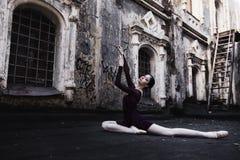 芭蕾在老城市 免版税库存照片
