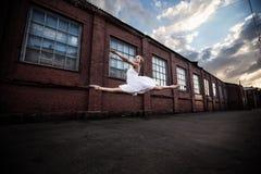 芭蕾在老城市 免版税图库摄影