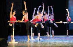 芭蕾女孩古典芭蕾基本的技巧基本的舞蹈培训班 图库摄影