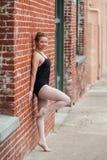 年轻芭蕾女孩和老大厦 图库摄影
